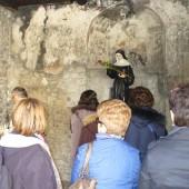 fedeli nella grotta di S.Rita