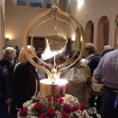 10 - Pellegrini in preghiera dinanzi la reliquia