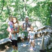 Famiglia in cammino sul sentiero che conduce allo Scoglio