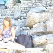 Krisitna Kupryte suona il tradizionale strumento lituano, il Kankles, in cima allo Scoglio