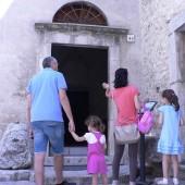 Una famiglia entra nella Casa natale di S. Rita
