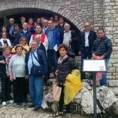 Gruppo di pellegrini da Andria in cima allo Scoglio con don Simone Maggi pro rettore del santuario