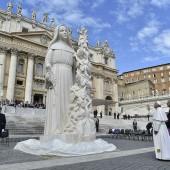 papa benedice statua